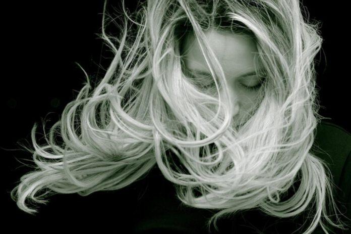 Domowe sposoby na elektryzujące się włosy