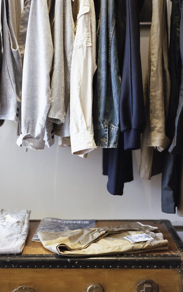 wełniane spodnie w szafie
